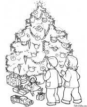 Раскраска Дети возле елки ищут конфеты