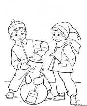 Раскраска Мальчик и девочка слепили Снеговика